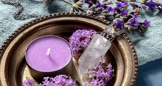 ritual con velas moradas y cuarso