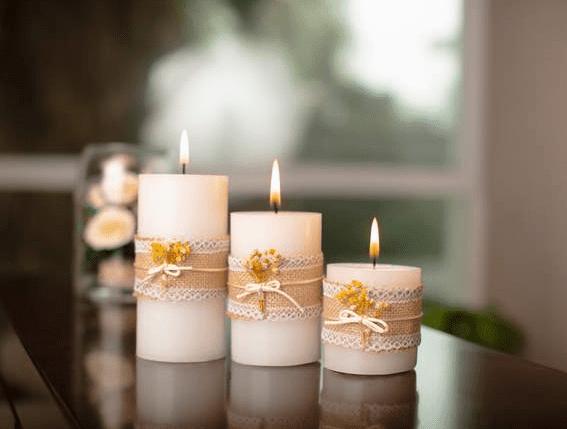 mesa con velas decoradas