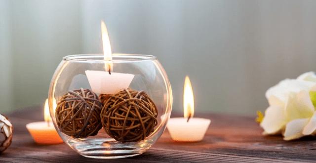 velas de decoración en una mesa