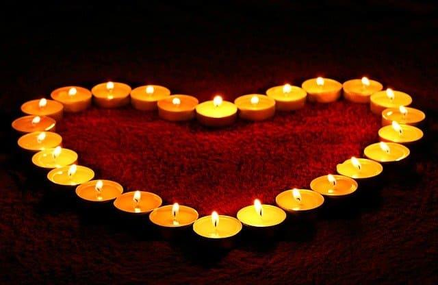 corazon con velas encendidas